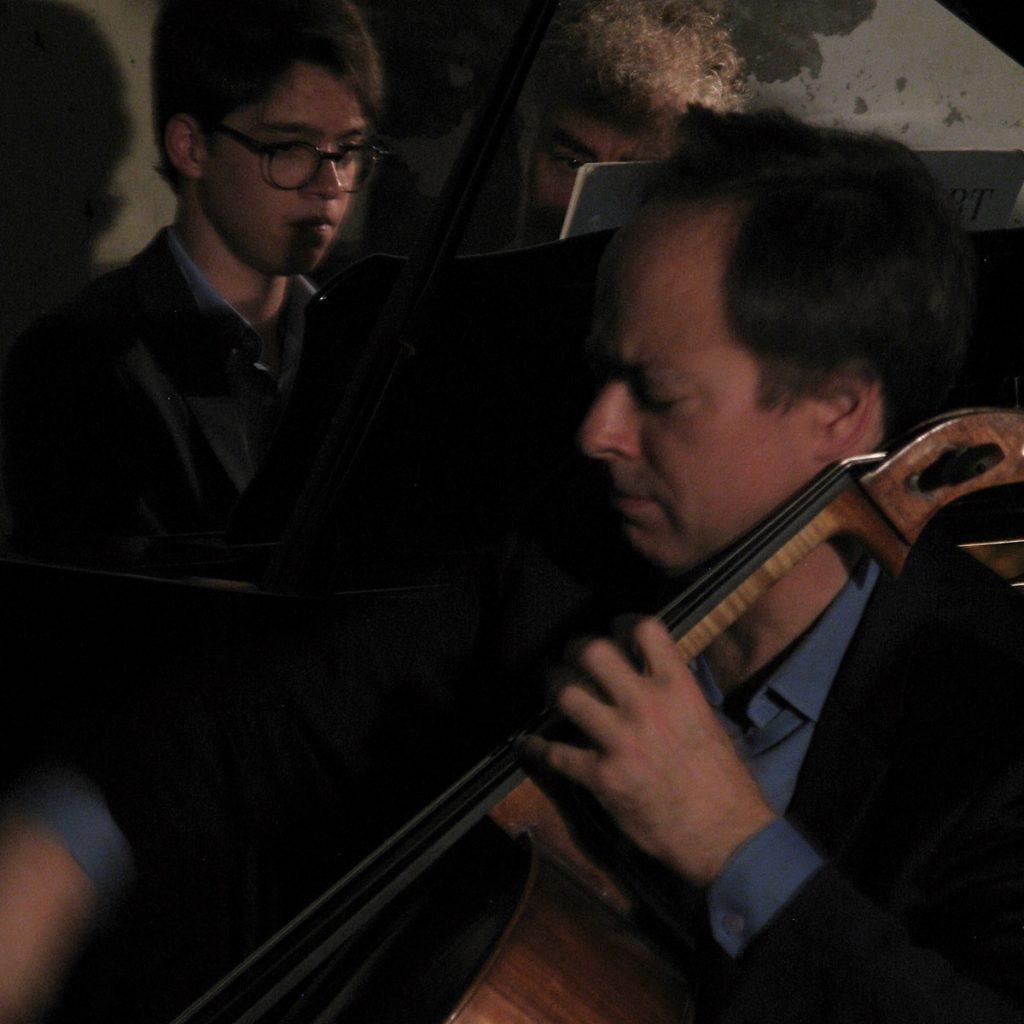 Complicité entre un père et son fils, un violoncelliste et un pianiste